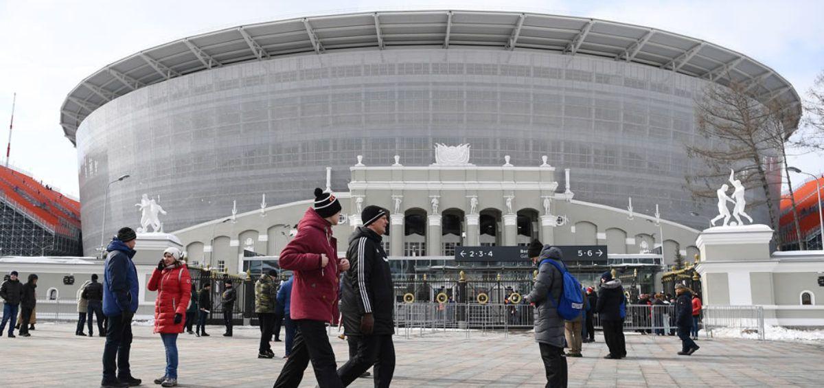 Cada Mundial de Fútbol conlleva implícitamente una serie de regulaciones que exige la FIFA. La capacidad de los estadios es una de ellas. Al estadioEkaterimburgo Arena le fueron incorporadas tribunas temporales que se levantaron literalmente afuera del estadio, alejadas del techo que cubre las gradas originales para aumentar el aforo de 27.000 a 35.000 espectadores.
