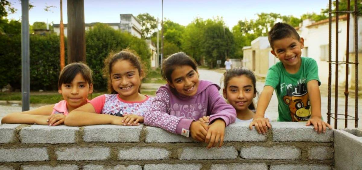 En Argentina construyen sueños con ladrillos ecológicos