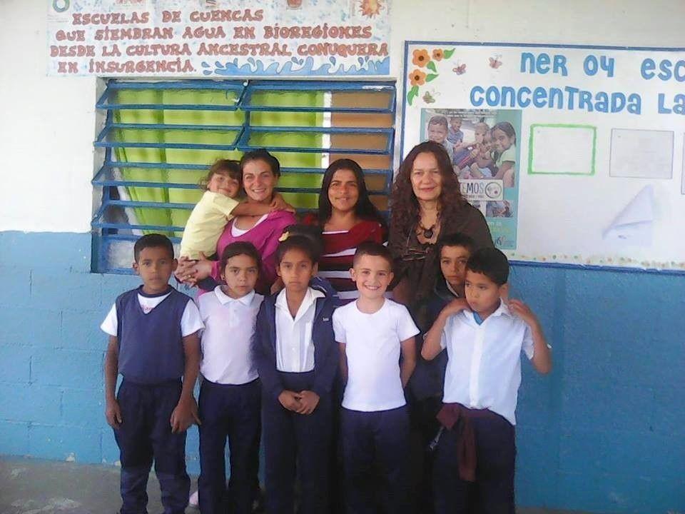 """Las escuelas donde los niños aprenden a sembrar agua con """"libros vivientes"""""""