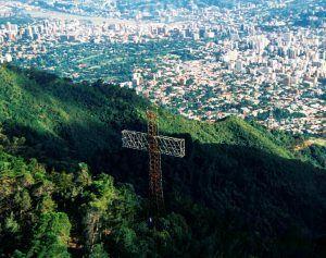 La Cruz del Avila, más de medio siglo iluminando la navidad
